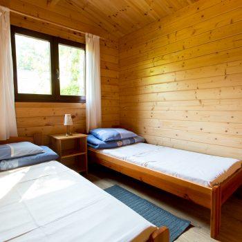 Domki D-1/D-4 - mały pokój z łóżkiem małżeńskim