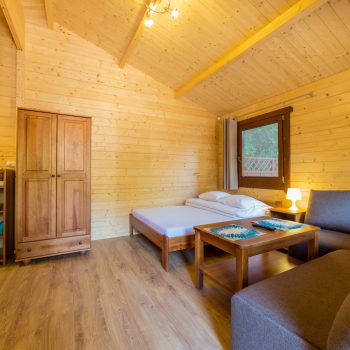 Domki D-11/D-16 - pokój z łóżkiem małżeńskim + narożnik